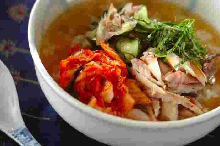 白菜キムチが美味しい、冷麺感覚でいただける冷汁ご飯。だし汁に味噌を加え、アジの旨みもプラス。そしてキムチの酸味、ミョウガの風味も含んだ、絶妙な味わいを楽しめますよ。  運動した後のお子さんにもおすすめ。お腹が重たくならない、ちゃんとした食事になります。