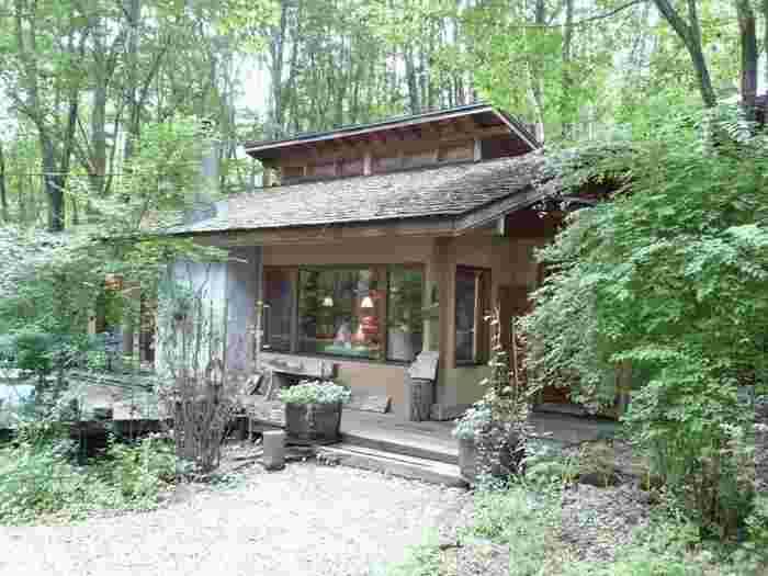 静かな諏訪の森の中にある「香芯」。まさに隠れ家のように佇むカフェです。