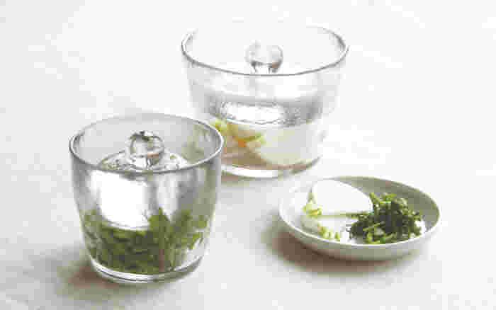 ガラスが美しいKINTOの浅漬け鉢は、蓋が重石になっていて気軽に浅漬けを楽しめます。作りすぎて残してしまうことも多い漬物ですが、1~2日ほどで食べきれるちょうどいいサイズ感。お好みの野菜と塩・昆布を入れて1時間ほど漬けたら出来上がり!本当に簡単に出来るので、「浅漬けが食べたい!」と思ったときにすぐに作れますよ。テーブルにそのまま持っていって、器としても使えるのも嬉しいですね。