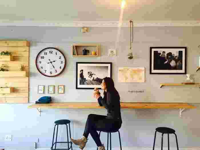 東京にはオシャレなカフェがいっぱい!たくさんありすぎて、どこを選べばよいか悩んでしまうことも。コーヒーが美味しいことは基本中の基本として、次に何をポイントに選んでいますか?インスタ映え?カフェ飯の充実度?人それぞれ重視する点は違っていますよね。でも時には、アート作品にふれることを目的に選んでみてはいかがでしょう?素敵なアートや作品集などなど、カフェを通じた新しい出会いが待っているかもしれませんよ。