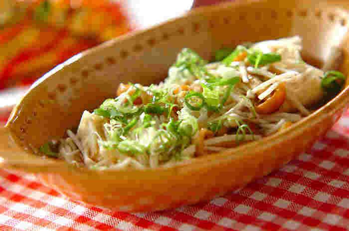 水切りした木綿豆腐とお好みのきのこをレンジでチンするだけの簡単レシピ。練りワサビがピリッと効いたちょっぴり大人の味です。
