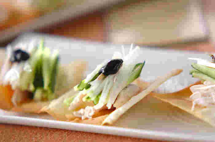 鶏肉を使って、ワンタンや春巻きの皮で包めば、簡単な北京ダック風に♪甜面醤の甘めのタレが、さっぱりした鶏肉にもコクとうまみをプラスしてくれます。ワンタン皮のパリパリ感も心地いい♪おつまみにもおすすめです。