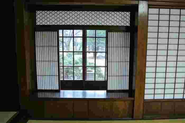 和洋の様式が混在しているのが当時の洋館の特徴。室内では書院座敷の和室と応接室の洋室が直接つながっています。