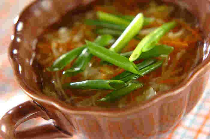 ネギもコンソメに合うんです♪スープを美味しそうに見せるコツは、具材の切り方をそろえる事。切り置きした野菜でパパッと作れると、忙しい朝にもスープは活躍してくれます。