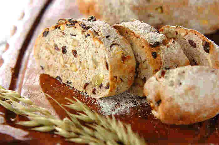クルミやカレンツがぎっしり詰まったハードパン。ライ麦とよく合う組み合わせです。