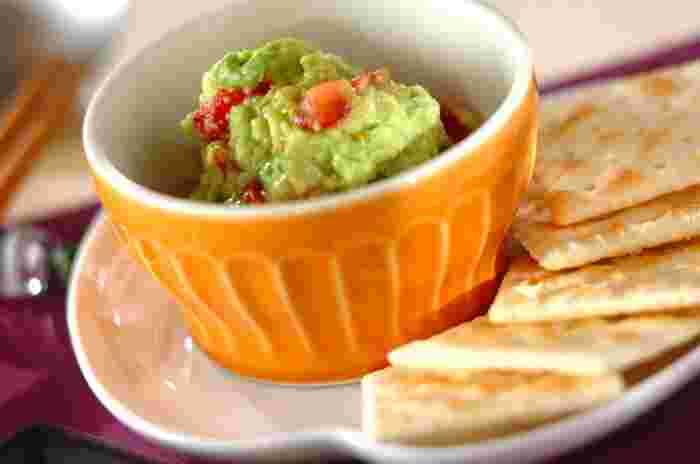 濃厚&クリーミーなアボカドと爽やかにプチトマトを合わせたディップソース。緑と赤の組み合わせは彩りもとてもキレイなのでおもてなしシーンにもぴったり!クラッカーや薄くスライスしたフランスパンなどにたっぷりとのせて召し上がれ♪