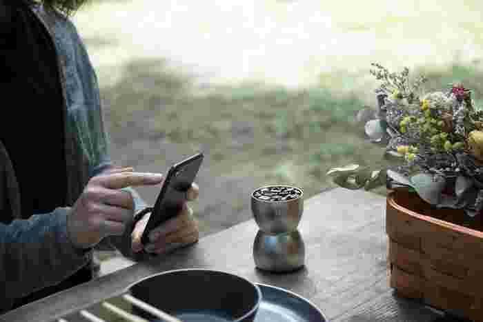 キャンプに好きな音楽を持っていきたいという方におすすめなのがベースエッグ。あらゆるものをスピーカーに変えてくれます。Bluetoothで接続できるのも手軽ですよね。