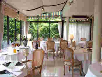 こちらは、ガラス張りで明るい日差しの差し込むテラスサイド席。これからの季節は、外のテラス席でお食事を楽しむこともできますよ。