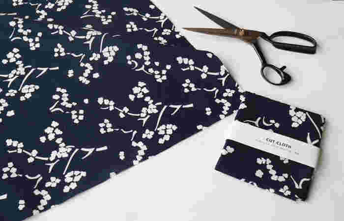 アアルトがデザインを手がけた『KIRSIKANKUKKA(キルシカンクッカ)』(フィンランド語で桜の意)。復刻布はプリントではなく、京都の職人による手捺染です。  和の雰囲気をまとうそのわけは。↓↓