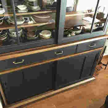 引き戸と引き出しの部分だけ黒にペイント。木製のナチュラルな食器棚も黒に変わるとぐっとスタイリッシュな雰囲気になりますね。