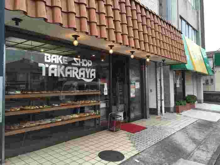 三崎口駅から三崎港に向かう通り沿いにある「(有)タカラヤ 栄町店」は、三崎に住む人なら誰もが知っていると言われるほど地元に親しまれているパン屋さんです。どこか懐かしい外観に、思わず足をとめたくなります。