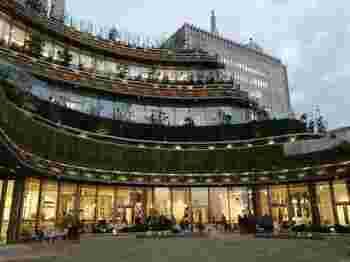 大人の上質な時間を演出するべく、2018年にオープンした「東京ミッドタウン日比谷」は映画館も併設されている大型複合施設です。その3階にあるフロアが「HIBIYA CENTRAL MARKET」となり、施設の中にいながら小