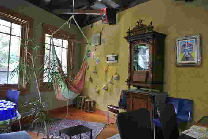 アンティークの家具や雑貨やハンモックなどがディスプレイされた店内は、まるでギャラリーのようにおしゃれで不思議な空間です。