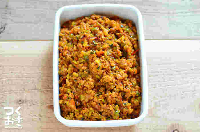 余った野菜をみじん切りにして、挽き肉と合わせてドライカレーに。野菜はできるだけ細かく刻み、炒めるときは水分をしっかり飛ばすのがポイントです。