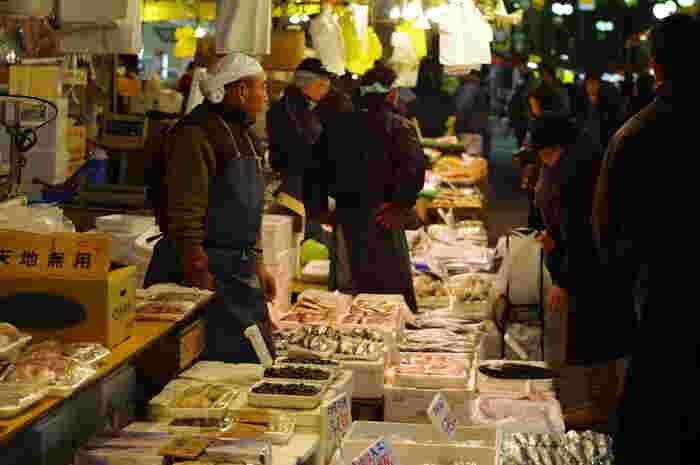 アメ横には鮮魚を扱う小売店が多くあり、威勢のいい掛け声につられて、ついつい足を止めてしまいます。