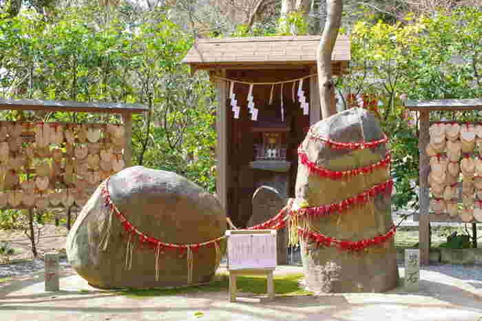 「葛原岡神社」で有名なのが、女岩と男岩です。恋愛でのご利益を授かりたい女性の方は、ご縁があるようにという想いをこめながら、5円玉を赤い糸で、男石に結び付けましょう。  そしてお越しの際は、由比ヶ浜海岸でとれる桜貝で作られた「桜貝お守り」をぜひゲットしてくださいね。きっと今の想いが成就すると思います♪
