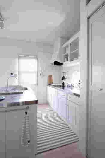 白を基調としたシンプルなキッチンに、グレーのストライプ柄のマットを敷いて。優しいニュアンスカラーが素敵です。