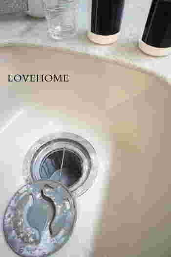 シンクを洗うついでに、排水口のカバーやカップを専用スポンジでしっかり洗うのもいいですね。食器用のスポンジとは分けておくと安心です。