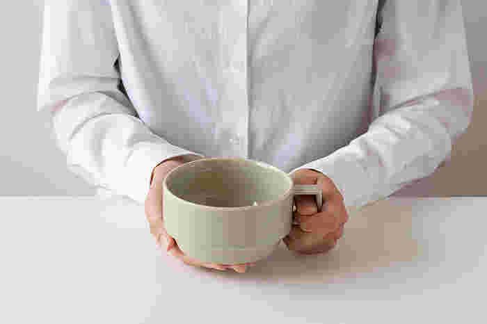 江戸時代から器づくりの歴史がある波佐見焼の産地、長崎県波佐見町にある陶磁器ブランド「HASAMI(ハサミ)」のブロックマグ スープ。直径約12cmの大きめの飲み口と、角ばったハンドルのかたちが特徴的です。