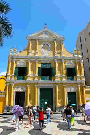 「聖ドミニコ教会」は、セナド広場のすぐ近くにある教会です。クリームイエローの壁とグリーンのドアや窓のコントラストが非常に美しいですよね。