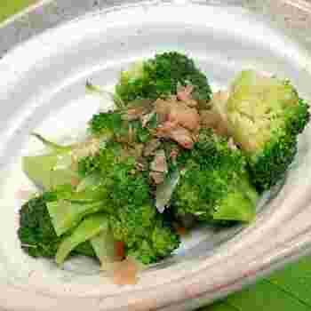 「ブロッコリーのおかか和え」は、茹でたブロッコリーを、だし醤油と鰹節で和えるのみのシンプルステップで完成します。