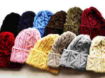 防寒としてだけでなく、ファッションの素敵なアクセントになってくれる帽子。秋冬やニットやウールなど暖かい素材のものを取り入れたいですね。カラーバリエーションが豊富なニット帽は、色違いで欲しくなってしまいます。
