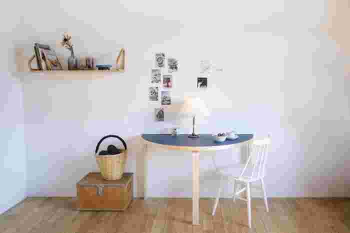 狭い空間に自分だけの場所を作りたいなら半円テーブルがおすすめ。ウォールシェルフとアレンジしてお気に入りの雑貨を飾るのも素敵ですね。自分だけの作業デスクとして、書き物や趣味の時間が楽しくなりそう。北欧家具らしいブルーの天板がお部屋のアクセントにもなります。