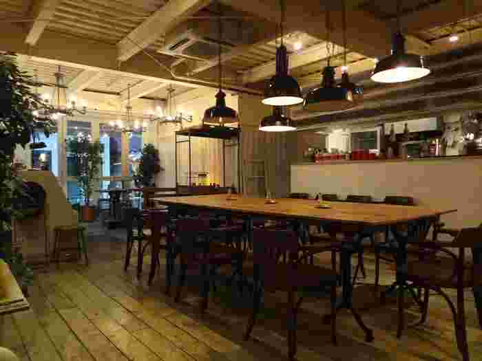 天井が高く開放感のある店内には、外国人客も多く集います。
