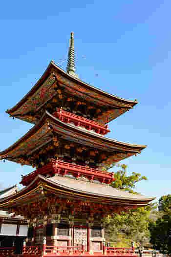 仁王門からもう少し奥に進むと「三重塔」が見えてきます。高さは約25メートルあり、内部は大日如来を中心に五智如来が奉安されています。周囲にはぐるりと「十六羅漢」の彫刻が彫られていて、その緻密な姿に感動します。