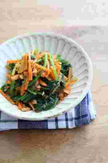 ほうれん草とにんじんのシンプルな和え物も、アーモンドをたっぷり入れるとひと味違ったおいしさに。お弁当のおかずにもぴったりです。