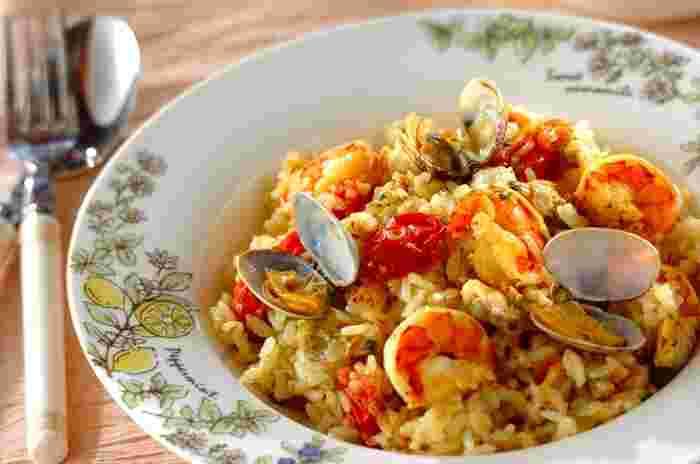 洋風の炊き込みご飯とも言えるピラフは、炊飯器で作るととっても簡単です。こちらのレシピでは殻付きのあさりとエビを使用しており、あさりの煮汁やエビの殻も出汁に使うので本格的。さらに、カレー粉の風味も利いて食欲をそそります。