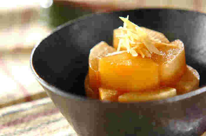 大根を、だし汁やごま油、醤油、みりんなどでコトコト煮たシンプルな煮物。大根さえあれば簡単に作れる煮物はシンプルながら、味がよく染みた大根にごま油の香りが食欲をそそり、ごはんもお酒もすすみそう。