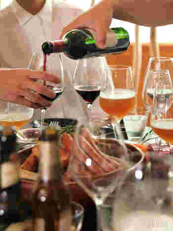 日本では「お酌」がコミュニケーションになる場がありますが、世界のテーブルでは、ワインを女性が注ぐというのは一般的な行動ではありません。レストランではソムリエに任せ、パーティや自宅では時に男性に任せましょう。