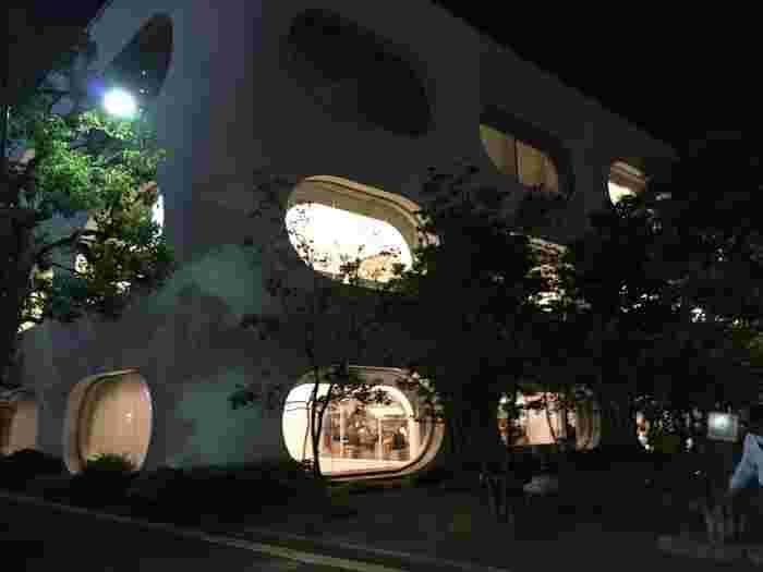 夜、外からの眺め。一見すると図書館とは思えませんね。