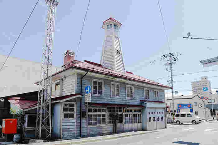 江戸時代から続く商家や、明治時代の洋風建築など・・・歴史的建造物が点在し、ノスタルジックな町歩きにぴったりなエリアが、紺屋町(こんやちょう)周辺。  この界隈には染めもの屋が多かったため、それにちなんで「紺屋町」という名になったのだそう。こちらは盛岡観光のシンボル的存在でもある、大正初期に建てられた「番屋」。消防番屋ながら木造洋風建築の建物となっており、ハイカラな佇まいですね。