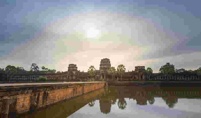 クメール語とサンスクリットで「王都の寺院」という意味を持つアンコール・ワットは、12世紀前半にクメール王朝の国王、スーリヤヴァルマン2世の命によって建立された寺院遺跡です。