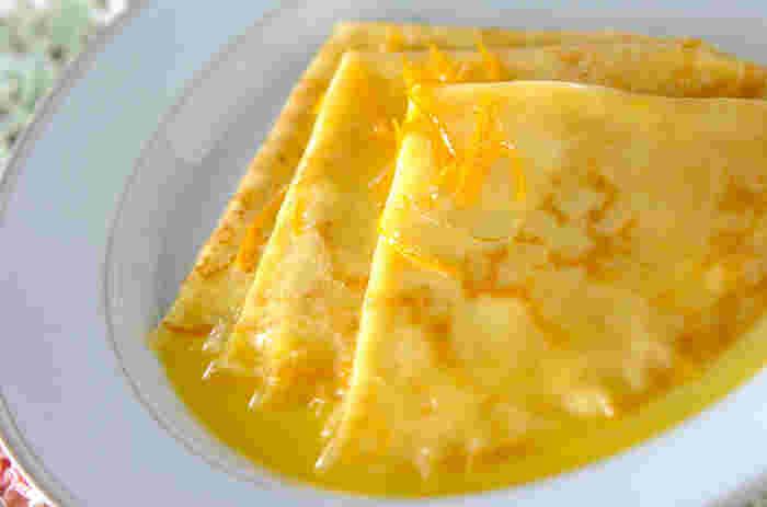 クレープシュゼットに、酸味と甘みにバランスが絶妙なソースをかけて。上品で本格的なホットスイーツができあがります。クレープは、フライパンで簡単に焼けますので、ぜひどうぞ。
