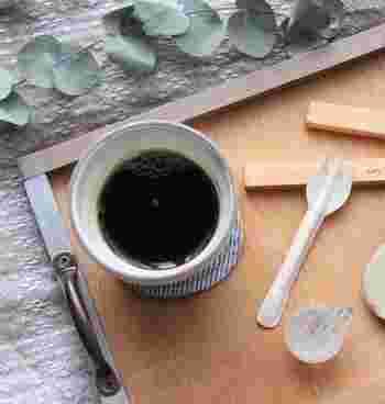 なんとも可愛らしいこちらのフォークは実は紙製。トレイの上にコーヒーと一緒にセットすることで、ティータイムの雰囲気を演出しています。