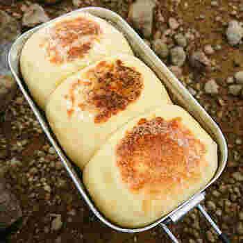 メスティンではなんとパンも焼くことができます。一次発酵した後にメスティンに生地を入れてそのまま二次発酵させます。焦げやすいので火の大きさに注意しながら、上下側面とじっくり焼いていきます。だんだんとパンの焼ける香りが辺りに漂って、子供たちもワクワクした気持ちが高まります。