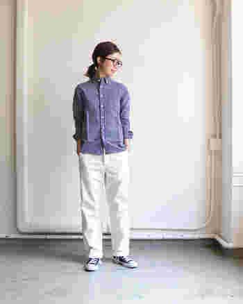 コンパクトなシルエットが特徴的なブルーのストライプシャツは、白パンツと合わせてとことん爽やかなコーディネートに。洗いざらしの風合いが魅力的なシャツなので、一年を通して活用できる一枚です。
