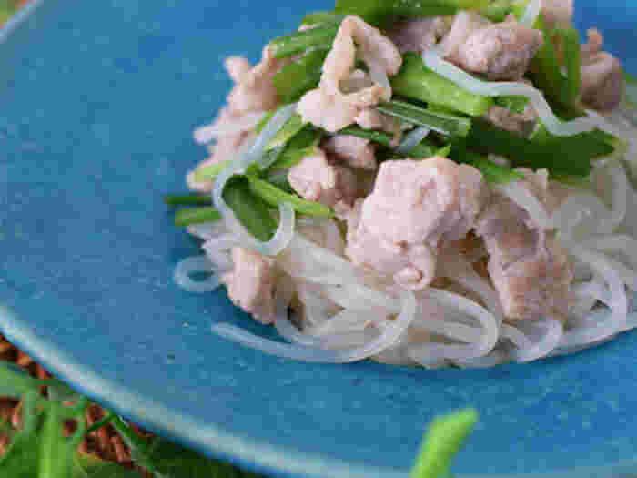 白滝、豚コマ、ニラ、煎り酒で作るさっぱりとした炒め物は、ボリュームも栄養も味も◎。ダイエット中の方でもたっぷり美味しくいただけます。