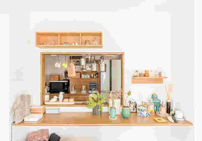 キッチンとの境に設置した箱と棚です。空いた窓との相性も良くて、作り付けの家具のよう。空間が広がります。