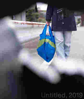 こちらのバッグの特徴は、Lサイズという大容量さとカラーバリエーションの豊富さです。どっさりお買い物しても安心の大きさ!手にさげても、肩にかけてもOKです。