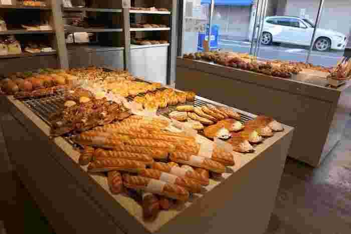 """「バゲットラビット」は、自由が丘駅から徒歩6分。店内一面にパンが広がり、まるでパンの絨毯が広がっているかのようですね。店名と同じ名前をもつ「バゲットラビット」は、""""パン・オブ・ザ・イヤー2018""""でバゲット部門金賞を受賞した優秀パン。"""