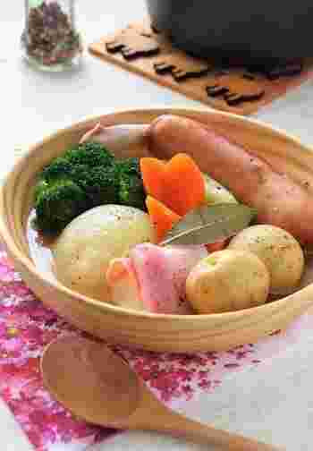冬の定番料理ポトフ。お野菜をゴロゴロ丸ごと入れて煮込めば出来上がり!お餅はベーコンで巻いて入れて、心もお腹も満足するスープの出来上がり♪