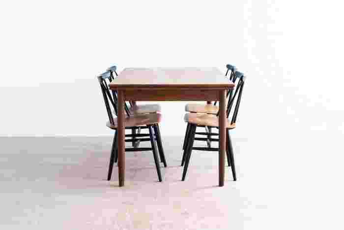 丸みを帯びたエッジと脚でほのぼのとした食卓を演出する、デンマークのヴィンテージテーブルです。深みのあるチーク材は和食器とも好相性。両サイドの天板を広げることができるので、人が多く集まる時も重宝します。