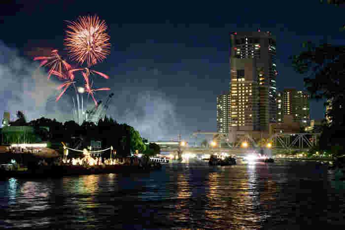 本宮の夜では、夜になると花火が打ち上げられます。大阪市内を悠然と流れる大川が花火や船の灯りを水面に映し出し、素晴らしい景色を楽しむことができます。
