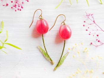 何度も丁寧に樹脂を重ねて作られたぷっくり艶やかなチューリップのピアス。すっと伸びる茎と葉にはグリッターがあしらわれ、キラキラとした輝きが新しいことが始まりそうな春にぴったりです。