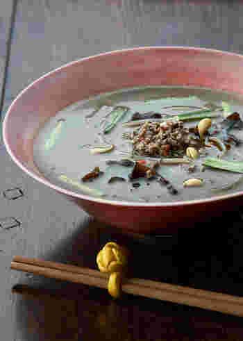 黒の練りゴマと黒のすりゴマのダブルの黒ゴマで作る、風味豊かな「坦々黒ゴマスープ」。麺を入れないスープは、軽く済ませたいランチや、お夜食にも使えそう。