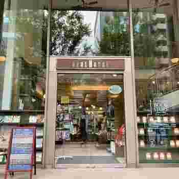 こちらも駅近のブックカフェですが、子供向けの本を専門としています。親子で楽しめるカフェがあるのは嬉しいですね。2階にはギャラリーがあり、定期的に絵本の原画展などが開催されています。